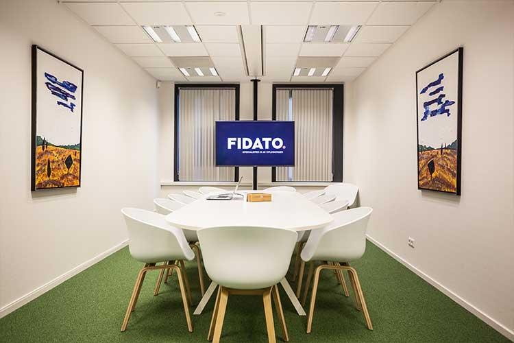 audiovisuele oplossing voor videoconferencing met beeldschermen en geluidsinstallatie in vergaderruimte op kantoor